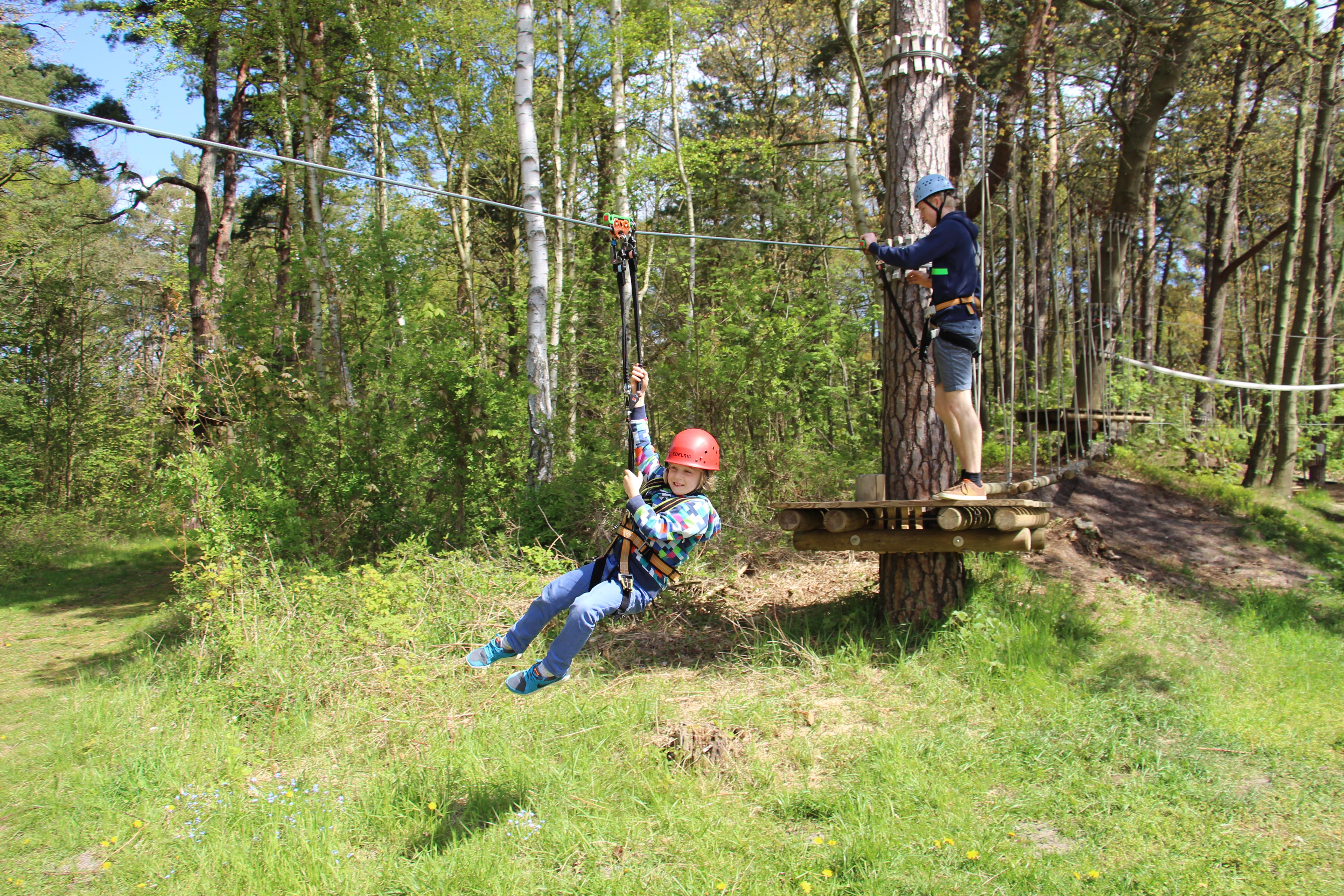 Mädchen in Seilbahn in Parcours 4 im Kletterwald in BinzProra